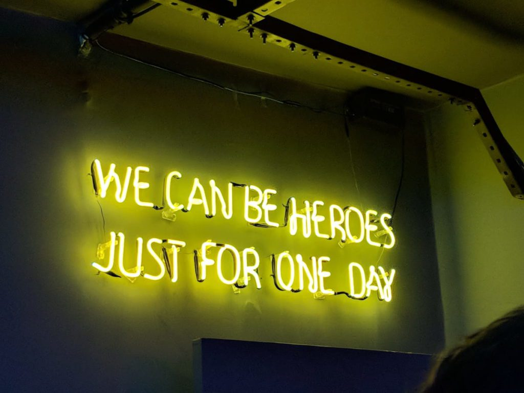 Neon con scritto: We can be heroes just for one day